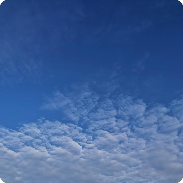 zdjęcie niebieskiego nieba z Huawei Mate 20 w trybie AI